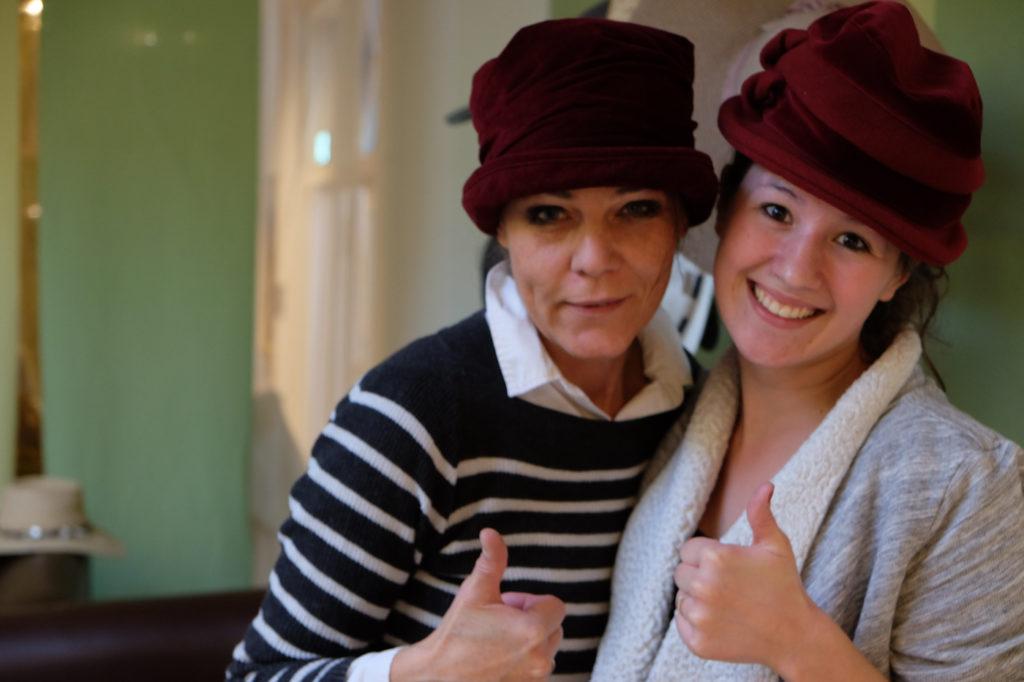 zwei Teilnehmerinnen des anmutig & frei Frauencamp - Daumen hoch
