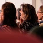 fokussierte Zuhörerinnen beim anmutig & frei Frauencamp