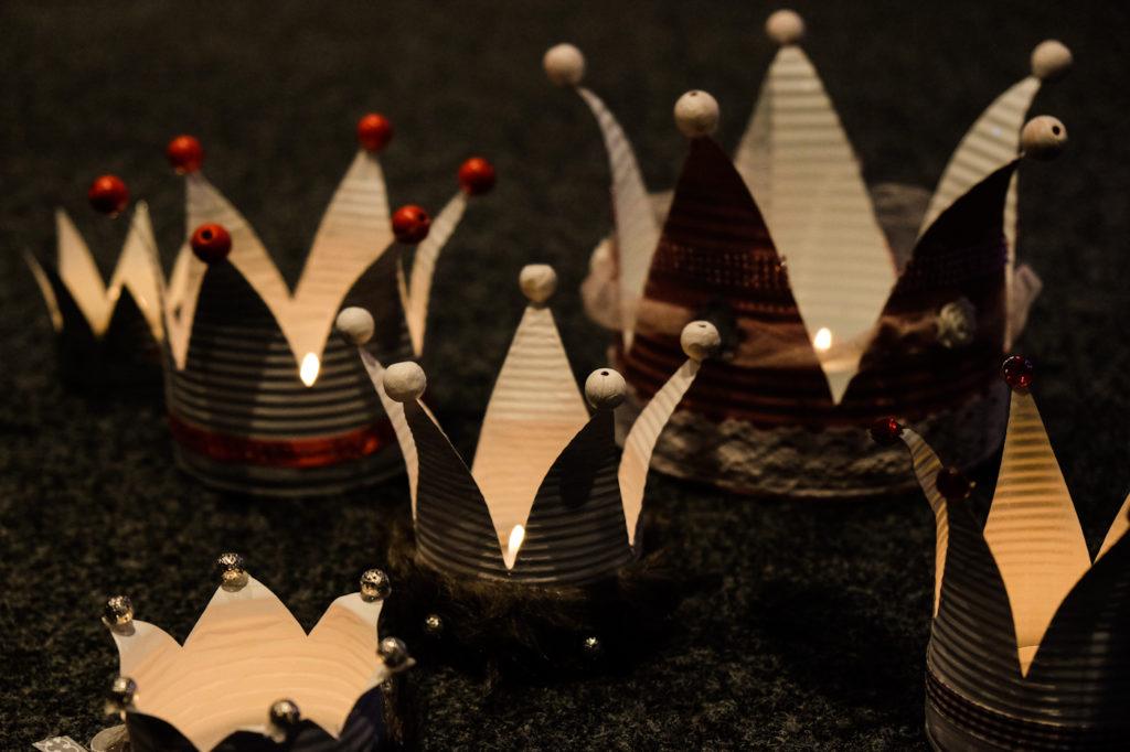 Kronen für Teelichter aus alten Dosen