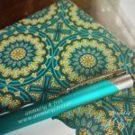 schönes Notizbuch mit Stift anmutig & frei